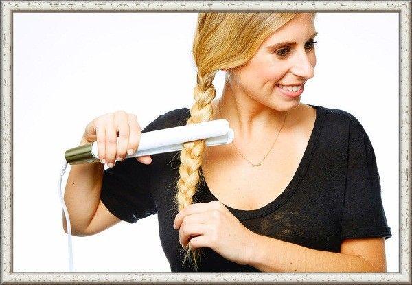 Заплетите несколько косичек, пройдитесь по ним утюжком, а затем расплетите волосы. Вы получите волнистые локоны, которые долго не распрямятся.