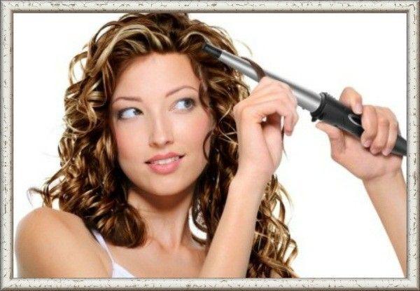 Чтобы локоны дольше держали форму, начинайте завивку плойкой только после того, как волосы полностью высохли.