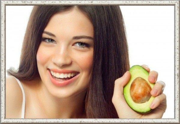 Делайте маски из авокадо, чтобы придать волосам блеск.