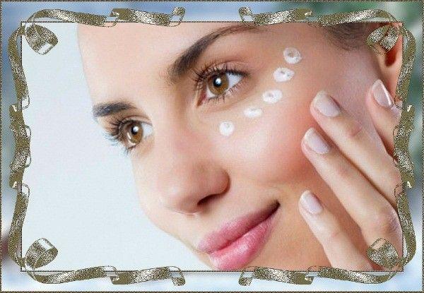 Обязательно наносите питательный бальзам под глаза, чтобы сохранить эластичность нежной кожи. Это лучше всего это делать безымянными пальцами.