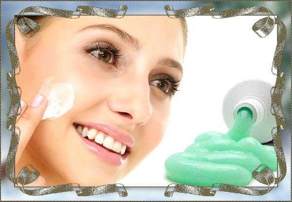 Избавиться от небольшого прыщика поможет также зубная паста. Нанесите её на высыпание и оставьте до высыхания. Прыщик поблёкнет.