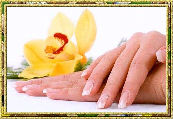 Не жалейте крема и делайте массаж. Если у вас огрубевшая кожа рук, чаще смазывайте ее кремом с витамином А. Можно вместо крема купить раствор витамина А, который продается в любой аптеке, и смазывать им руки. Отмершие частички кожи удалите мягкой щеточкой. Все это займет у вас 5 минут.