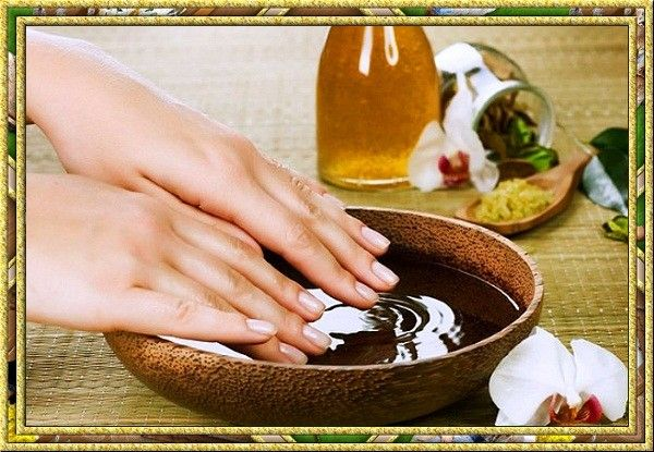 Сделайте горячий масляный маникюр. Разогрейте на плите любое масло (кукурузное, оливковое, подсолнечное) до 46-47 градусов. Затем нанесите размягчитель для кутикулы с витамином А и Е. Обработав каждый палец, поместите руки в разогретое масло на 7 минут. Теперь можно приступать к маникюру, но предварительно нужно обезжирить кожу (подойдет жидкость для снятия лака без ацетона). Ваши руки и ногти после принятия такой ванночки станут изумительными.
