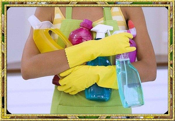 Убирая в доме или занимаясь грязной работой, поберегите руки – наденьте перчатки. Грязная вода и агрессивная бытовая химия очень плохо влияют на кожу рук.