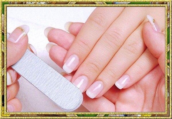 Делайте правильный маникюр. Ногти нужно подстригать только перпендикулярно их росту, а красивую форму придавайте пилочкой. Если вы не хотите, чтобы ногти слоились, нужно подпиливать их в одном направлении – к центру. Пилочка для полирования ногтей поможет сделать их блестящими.