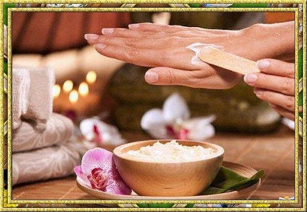 Делайте скраб для рук самостоятельно. Смешайте 1:1 мелкую морскую соль с жирной сметаной и добавьте 4 капли персикового масла. Перемешайте и массирующими движениями сделайте пилинг, после чего подождите ещё 4-5 минут, смойте в тёплой воде и ещё раз хорошо с глицериновым мылом вымойте запястья. Скраб из кофейной гущи тоже прекрасно обновляет кожу рук!