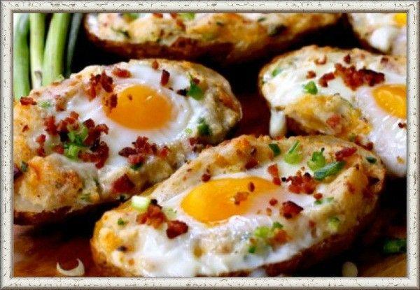 9. Яйца, запеченные в картофельных шкурках. Срезать верхушку у запеченной картофелины и ложкой или вилкой сделать небольшое углубление. В него выложить по столовой ложке сливочного масла, посолить, поперчить. Затем разбить по 1 яйцу в каждую «чашку». Сверху положить желаемую начинку — это может быть все, что угодно: колбаса, лук, зелень, сыр. Посыпать любимыми приправами. Выпекать в разогретой до 190°C духовке около 20-25 минут или пока яйца не пропекутся.