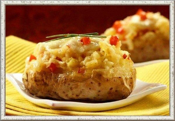 4. Картофель, фаршированный копченой рыбой. Отварить картофель до полуготовности, сформовать лодочки, срезав верхушки. Вынутую мякоть вместе с луком и филе копченой рыбы перекрутить в мясорубке, вбить в массу сырое яйцо, перемешать ее и слегка взбить. Наполнить картофель приготовленным фаршем, выложить в смазанную маслом форму, залить сметаной, запекать 3-5 минут до появления румяной корочки.