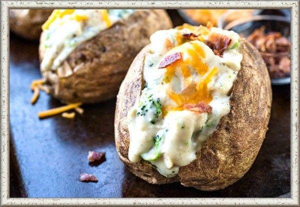 """13. Картофель, фаршированный грибами в сметане. У отварных картофелин аккуратно срезать бочок и чайной ложкой вынуть часть мякоти, чтобы получилась лодочка. Проваренные грибы обжарить с луком. Добавить немного муки, грибного бульона и сметаны, немного протушить. Получившейся начинкой нафаршировать картофель, накрыть срезанными ранее """"крышечками"""" и запечь до готовности на противне с высокими бортами."""
