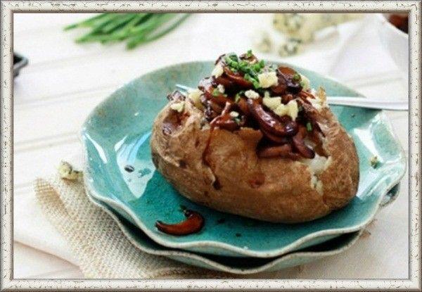 8. Печеный картофель с карамелизированным луком и грибами. Нарезать шляпки грибов ломтиками толщиной около 6 мм.  Лук нарезать полукольцами и пассировать в оливковом масле 15-20 минут.  Добавить пропущенный через пресс зубок чеснока и грибы, обжарить их до мягкости и золотистого оттенка. Смешать красное вино, бальзамический уксус, сахар и кукурузный крахмал. Влить винный соус к грибам и на сильном огне довести до кипения. Уменьшить огонь до среднего и варить массу до загустения. Добавить петрушку и приправить по вкусу солью и перцем. Разложить  пряные грибы на печеный картофель, украсить зеленым луком и сыром.