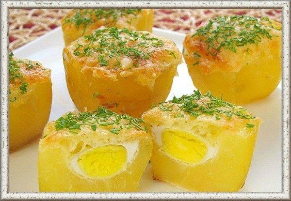 6. Картофель, запеченный с перепелиными яйцами. Подготовить  5 средних клубней картофеля, 10 перепелиных яиц, 50 г сыра, соль и перец по вкусу. Молодой картофель отварить в подсоленной воде, очистить от кожуры, разрезать на две части. Снизу немного срезать, чтобы картофель можно было поставить. При помощи чайной ложки сделать в картошке углубление. Разбить и вылить в углубление каждой половинки картофеля перепелиное яйцо. Поставить картофель в форму для запекания. Посолить, поперчить. Сыр натереть на мелкой терке и посыпать им картофель. Запекать в духовке при температуре 180 градусов до золотистого цвета (примерно 30 минут).