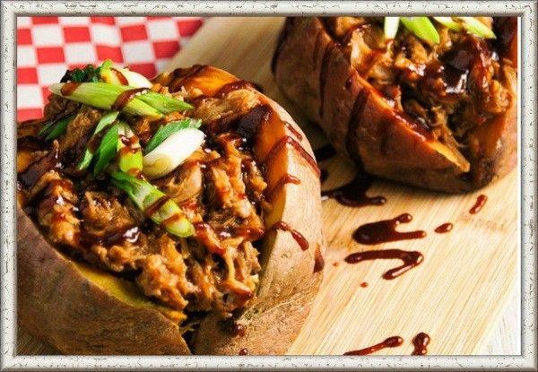 3. Картофель, фаршированный грибами и ветчиной. Промыть картофель, запечь прямо в кожуре в духовке до готовности, затем разрезать пополам, вынуть ложечкой мякоть, оставив тонкие стенки. Перемешать мякоть картофеля с обжаренными грибами и ветчиной. Подсолив и поперчив, заправить начинку зеленью и раскрошенным желтком вареного яйца. Выложить начинку на картофель, посыпать сверху тертым сыром, сбрызнуть маслом и запечь в хорошо разогретой духовке до зарумянивания.