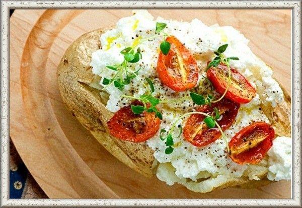 2. Картофель, запеченный с помидорами и сыром рикотта. Разогреть духовку до 200 градусов. На противень уложить клубни молодого картофеля, смазанные оливковым маслом и выпекать около часа до готовности. На другой противень положить лист фольги, а сверху несколько помидоров черри. Их также нужно сбрызнуть оливковым маслом, посыпать солью крупного помола и черным перцем. За 15 минут до готовности картофеля установить противень с помидорами в духовку и оставить там до тех пор, пока они не начнут трескаться. Готовый картофель нужно немного раскрыть (пополам или крест-накрест). Сверху посыпать сыром рикотта и жареными помидорами. Можно также сверху посыпать свежей рубленой зеленью.