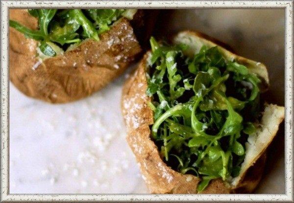 15. Запеченный картофель с морской солью и руколой. Картофель вымыть, обсушить, несколько раз проткнуть вилкой и, обсыпав морской солью, запечь в духовке до готовности. Для соуса нужно взбить в блендере  1 ст. л. шампанского или уксуса, щепотку соли, 1 ч. л. горчицы, яичный желток и 100 мл оливкового масла. Добавить в соус 2 ст. л. тертого пармезана и 2 ч. л. свежевыжатого лимонного сока. Разрезать каждую картофелину крест-накрест. Добавить  в середину кусочек сливочного масла, затем — соус и немного соли. Перемешать 2 большие горсти руколы с большим количеством соуса и тоже положить ее в картофель.