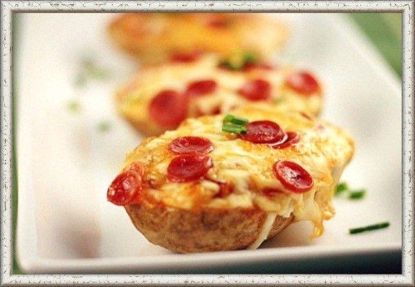 12. Пицца, запеченная в картофеле. Запечь картофель в духовке до готовности. Затем сделать в каждой картофелине продольный разрез и небольшое углубление в центре. Слегка посыпать солью и полить кетчупом. Щедро посыпать тертым сыром и положить сверху кружочки салями. После этого уложить картофель на противень и отправить в заранее разогретую до 200°C духовку минут на 15 или до тех пор, пока сыр не начнет плавиться и запекаться.