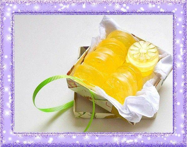 13. Форма для самодельного мыла. Лимон станет отличной формочкой для изготовления домашнего мыла, которому он придаст приятный жёлтый цвет и запах.