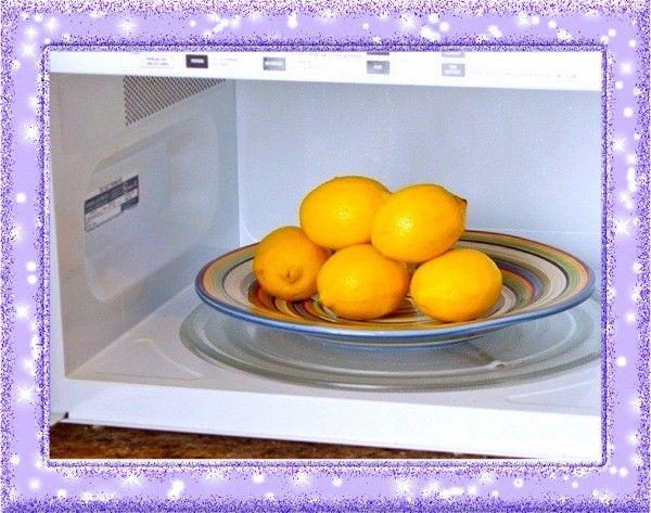 6. Чистка микроволновки. Возьмите миску, предназначенную для готовки в СВЧ, наполните ее наполовину водой, добавьте несколько капель лимонного сока и отправьте в микроволновку на 3-5 минут на максимальную мощность. Вода выкипает, на стенках печки образуется конденсат, который затем нужно вытереть полотенцем. Вместе с ним исчезнет и грязь.