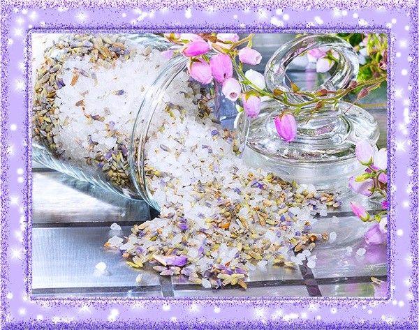 9. Саше. Это ароматизированная подушечка, предназначенная для дезодорации белья и отпугивания моли. Возьмите хлопчатобумажный мешочек и наполните его высушенной лимонной цедрой, гвоздикой, можжевельником, кардамоном и другими пряностями и травами на свой вкус. Приятный аромат вашим вещам обеспечен.