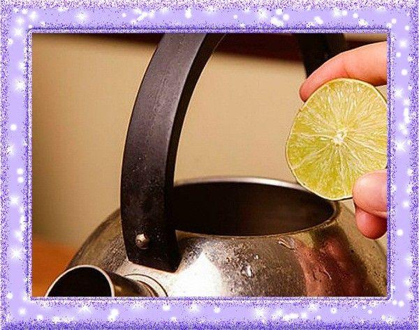 5. Уничтожитель накипи. Со временем на металлических чайниках, а также нагревательных элементах пластиковых, образуется накипь. Впрочем, от нее очень легко избавиться. Для этого нужно прокипятить чайник с лимонной кислотой. После чего его следует хорошенько промыть и вновь вскипятить.