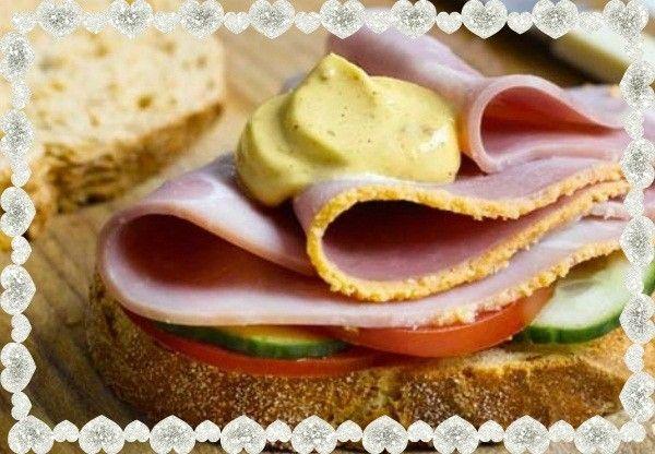 1.Бутерброд с ветчиной. Для него понадобятся ломтики хлеба, слайсы ветчины, кружочки помидора. Для соуса нужен майонез, горчица и немного специй.
