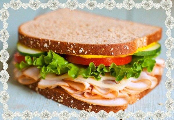 7. Бутерброды с колбасой на праздничный стол. Ингредиенты: черный хлеб, ветчина или колбаса, сыр твердый. А также листья салата, помидор, огурец, и немного горчицы.