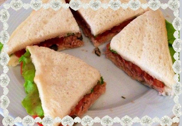 2. Трамедзини (закрытый бутерброд). Для соуса нужен консервированный тунец и майонез. Для начинки бутерброда нужны помидоры, салат и каперсы.
