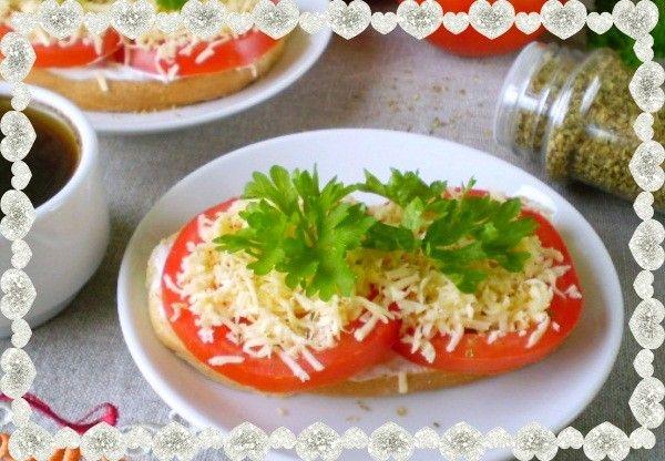9. Бутерброды с сыром и помидорами. Ингредиенты: хлеб белый, помидор, сметана, сыр твердый, соль, немного зелени орегано и петрушки.