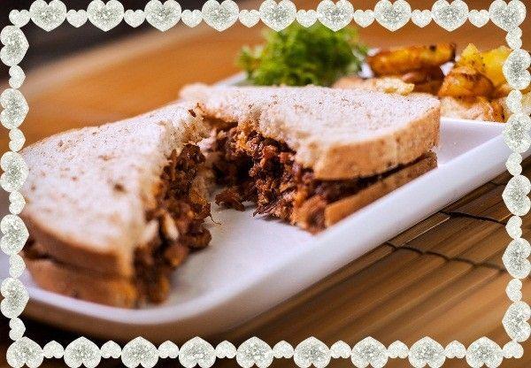 18. Сэндвич с говядиной. Понадобятся такие ингредиенты: отварная говядина, томатный соус или кетчуп, сливочное масло, хлеб, соль.
