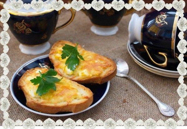 10. Бутерброды с сыром и чесноком. Понадобится батон белого хлеба, сливочное масло, твердый сыр, отварное куриное яйцо (а лучше два), соль и черный молотый перец.