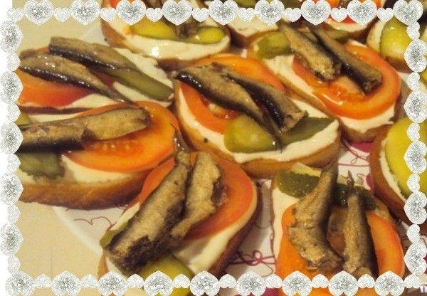 12. Бутерброды со шпротами и помидорами. Продукты: батон, майонез, огурцы маринованные, свежие помидоры, шпроты, масло растительное и чеснок.
