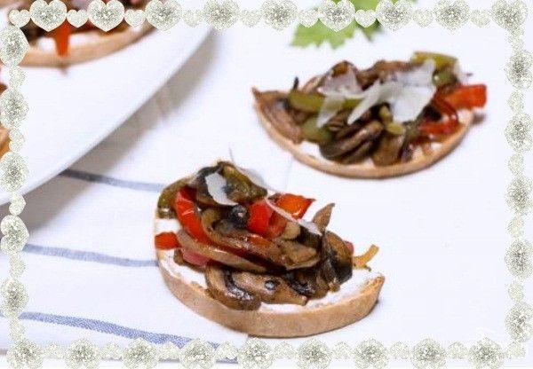 4. Бутерброды с грибами и перцем. Ингредиенты: обжаренные лесные грибы, перец болгарский красный и зеленый, лук. А также: сливочный сыр, чеснок, багет и немного пармезана.
