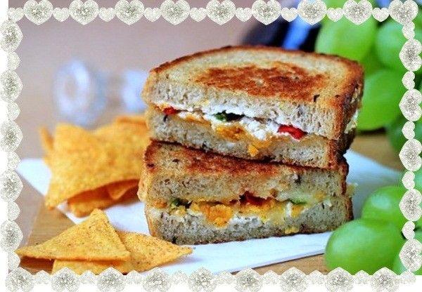 11. Бутерброды с сыром на сковороде. Для них нужен белый хлеб, стручок болгарского перца, тертый сыр, сливочное масло, сливочный сыр, чипсы. Распределив начинку между ломтиками хлеба, бутерброды нужно обжарить на сковороде.