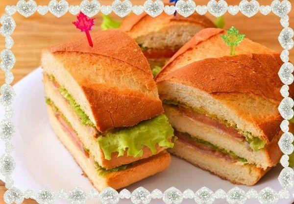 13. Быстрые бутерброды. Понадобится батон, жареная куриная грудка, ломтик бекона, помидор, лист салата, майонез и масло.