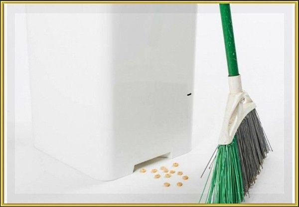 7. Забавное ведро, которое автоматически затягивает мусор, оказавшийся вблизи кучки мусора. В корпус встроены датчики света и движения. Они определяют, когда рядом находится метла и активируют «пылесос». Для подзарядки от сети служит выдвижной кабель.