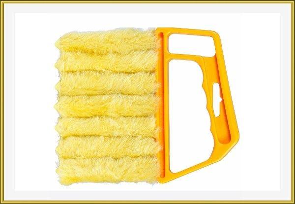 """3. Это замечательный гаджет, который поможет навести чистоту в таком труднодоступном месте, как жалюзи. Семь мохнатых """"пальцев"""" быстро пробегутся вдоль пластин и не оставят на них ни пылинки. К тому же эта щетка легко моется."""