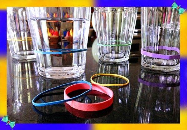 8. Мера для жидкости. Разноцветные канцелярские резинки помогут сделать из обычных стаканов мерные. А еще так можно пометить свой стакан на вечеринке.