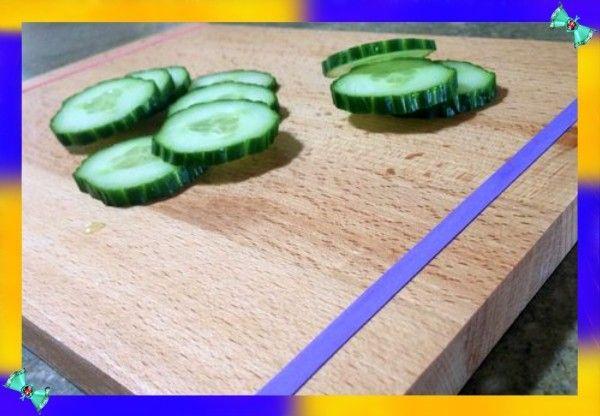 4. Скользкая разделочная доска. Чтобы разделочная доска не скользила по столу, необходимо натянуть по её краям по одной канцелярской резинке.