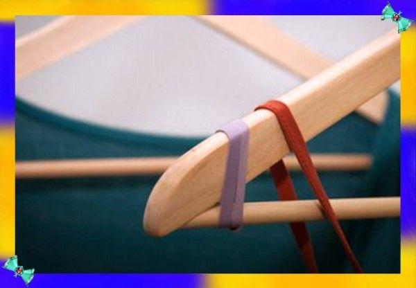 2. Скользкие плечики. Если бретельки платья постоянно соскальзывают с вешалки - намотайте по её краям резинку в несколько слоёв.