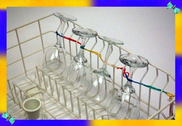 7. Винные бокалы в посудомоечной машине. Чтобы точно быть уверенным, что ваши бокалы будут в целости и сохранности во время мытья в посудомоечной машине, лучше всего закрепить их на решётке с помощью нескольких резинок.