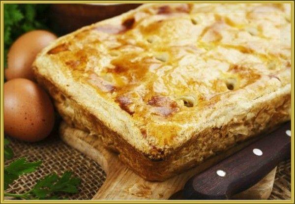 7. Пирог с капустой. Мелко нашинкуйте 1 небольшой вилок капусты и посыпьте солью. Оставьте на 15–20 минут, чтобы она дала сок, отварите 7 яиц и тоже мелко нарежьте. Отожмите капусту и соедините с яйцами. Растопите 130 г сливочного масла и влейте в начинку. Раскатайте 500 г слоёного теста на 2 одинаковых пласта размеру противня. Застелите одним из них противень и выложите начинку. Сверху положите второй пласт теста. Защипите края. Смажьте поверхность пирога взбитым яйцом и отправьте в духовку на 30–40 минут при 180 °С.