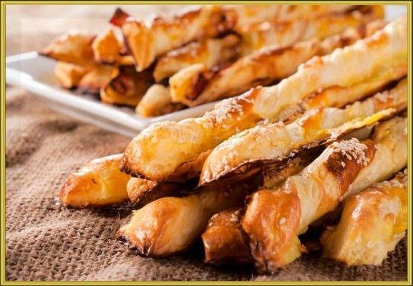 4. Косички с курицей и сыром. Раскатайте 300 г бездрожжевого слоёного теста и нарежьте полосками шириной около 2 сантиметров. Мелко нарежьте 300 г копчёной куриной грудки и 200 г твёрдого сыра. Возьмите одну полоску и выложите на неё немного грудинки и сыра. Накройте ещё одной полоской, скрепите их между собой у оснований. Аккуратно закрутите слойку по спирали. Повторите то же самое со всеми оставшимися полосками. Готовые косички выпекайте 15 минут при 200 °С.