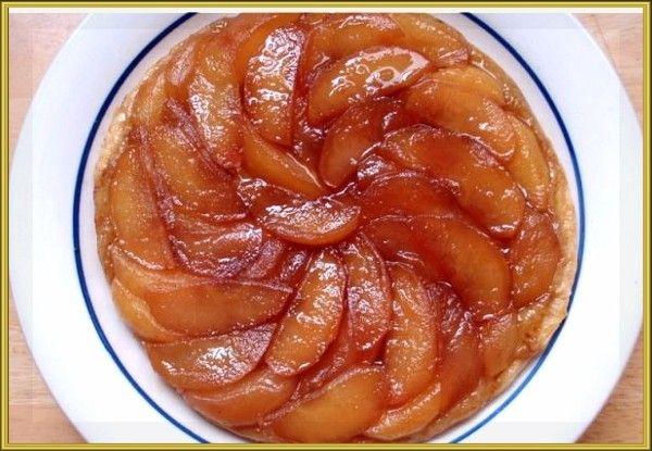 17. Тарт Татен (французский яблочный пирог). Смажьте форму для выпечки сливочным маслом и посыпьте сахаром, 6 кисло-сладких яблок очистите от кожуры, уберите сердцевину и нарежьте ломтиками. Разложите их в форме для выпечки и посыпьте корицей. Накройте яблоки пластом раскатанного слоёного теста (примерно 250 г). Выпекайте пирог полчаса при 180 °С. Когда готовый тарт немного остынет, переверните форму на тарелку или поднос так, чтобы яблоки оказались сверху. Подавайте тёплым.