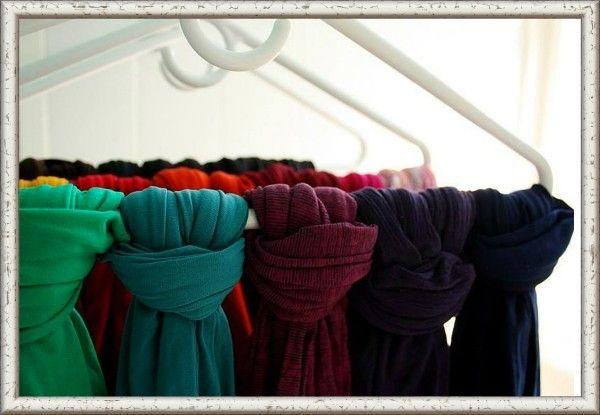 8. Шарфы и чулки можно хранить завязанными на вешалках для одежды. Найти нужный аксессуар станет проще.