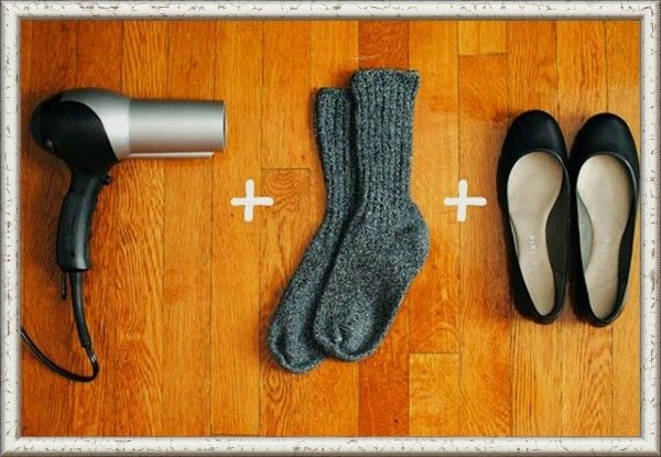 15. Чтобы разносить немного тесные туфли наденьте носки, а затем сами туфли. Посушите феном те части, в которых жмет. Не спешите снимать носки, пока ноги остывают. Проверьте и повторите процесс, если нужно сделать туфли еще просторнее.