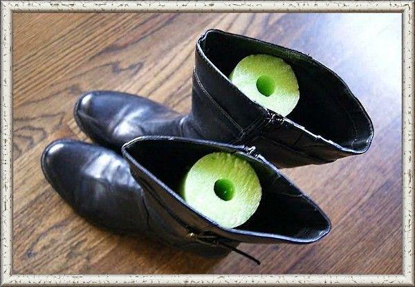 7. Положите в сапоги отрезки «макаронины» для аквааэробики, чтобы обувь стояла ровно. Можно также использовать газеты и журналы, свернутые в трубочки.