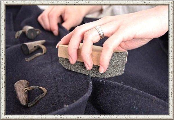 2. Катышки со свитера или шерстяного пальто можно убрать с помощью пемзы. Осторожно пройдитесь ею по образовавшимся катышкам и уберите их влажной салфеткой.