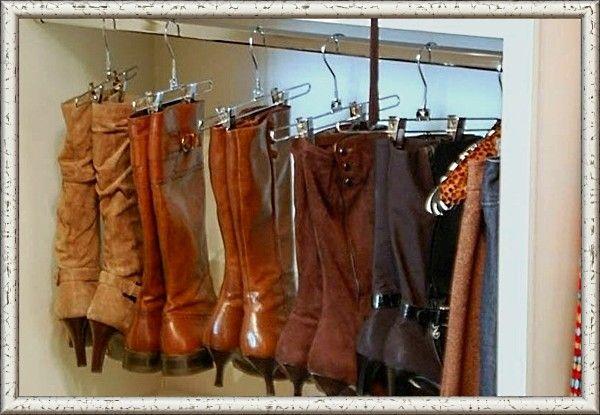 9. Обувь с длинными халявками также можно повесить на вешалки для одежды. Кожа сапог не деформируется.