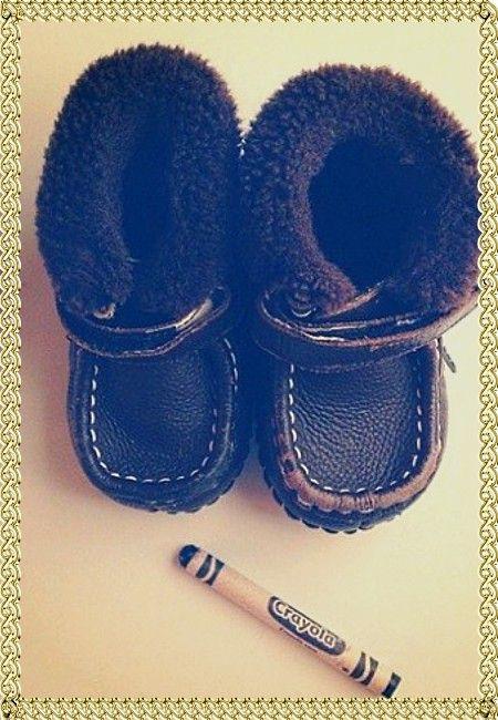 8. Чтобы убрать потертости на детской обуви используйте восковой мелок. Их цветовая палитра достаточно широка, а краска держится довольно долго.
