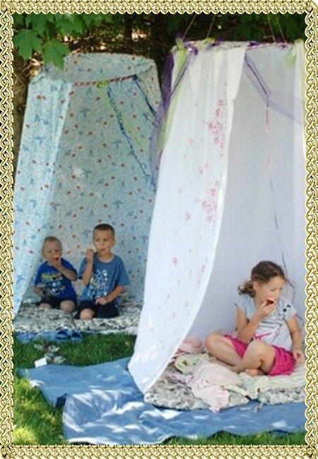 11. Устройте детям праздник на свежем воздухе – сделайте уютный балдахин под деревом из старых штор или простыней. На траву положите пару покрывал.
