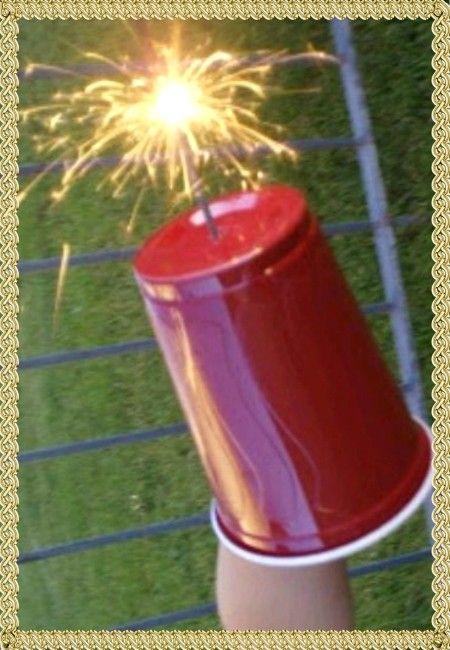13. Безопасный бенгальский огонь – очень актуальный вопрос в праздники Просто используйте широкий пластиковый стакан, проткнув в его дне небольшое отверстие.